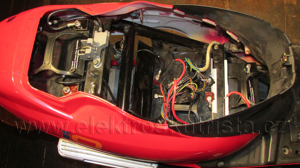 elektroskutr-1-sezona-prubeh-prestavby-akumulatoru-08