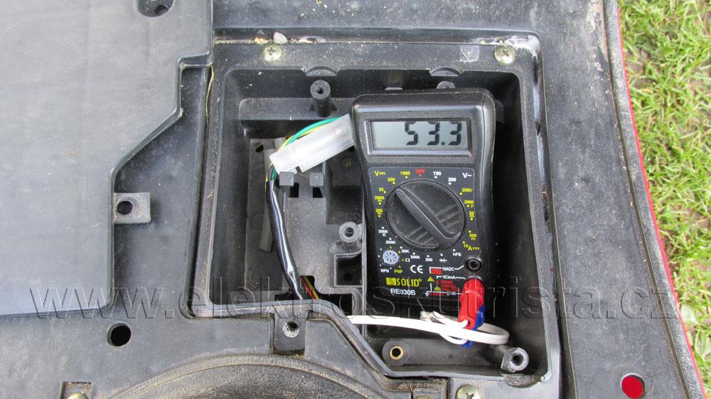 Elektroskútr IO1500GT -  umístění dočasného kontrolního voltmetru.