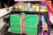 Elektroskútr IO1500GT - mínus pól a izolovaný a vyztužený bočník wattmetru.
