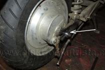 Elektroskútr IO1500GT - výměna pneu - distanční podložky.