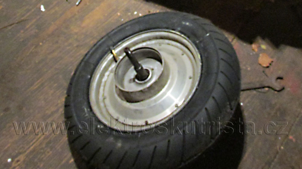 Elektroskútr IO1500GT - výměna pneu.