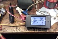 Elektroskútr 2017 - Wattmetr - zkušební zapojení na stole.