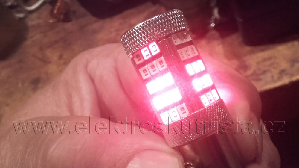 Zadní ledka červená, náhrada žárovky 21/5W, stav ledky po třetím rozsvícení brzdového světla.