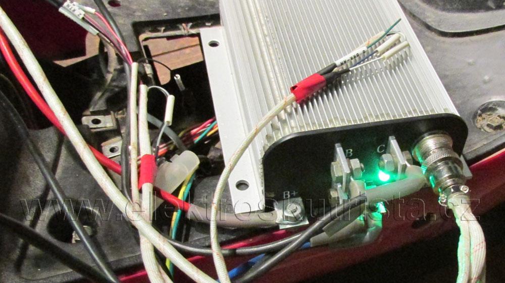 Zelená svítí, vše OK - Elektroskútr  IO1500GT nová řídící jednotka.