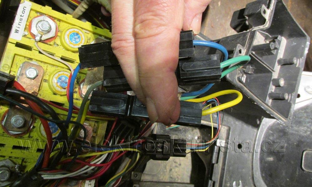 ElektroskútrIO1500GT-nová-řídící-jednotka-originální-konektory-05