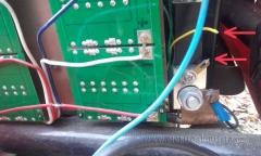 """Bočník wattmetru,  zde \""""upadl jeden z vodičů v kabelovém svazku vedoucímu přes celý elektroskútr až na palubní desku k wattmetru. Závada a oprava wattmetru v elektroskútru."""