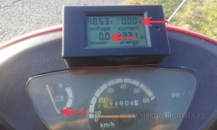 Stav po dojezdu ještě s funkčím wattmetrem. Závada a oprava wattmetru v elektroskútru.