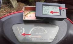 Projev závady - stav s vypnutým napájením - wattmetr stále ukazuje a počítá odběr proudu a odběr i při vypnutí není konstantní. Závada a oprava wattmetru v elektroskútru.