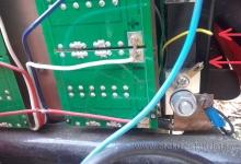 """Bočník wattmetru, zde """"upadl jeden z vodičů v kabelovém svazku vedoucímu přes celý elektroskútr až na palubní desku k wattmetru. Závada a oprava wattmetru v elektroskútru."""