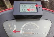 Projev závady - stav s vypnutým napájením - wattmetr stále ukazuje a počítá odběr proudu. Závada a oprava wattmetru v elektroskútru.