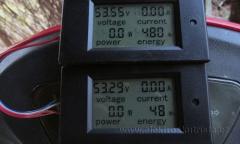 Obr. 5. Stav wattmetrů po dojezdu (foceno až druhý den za světla).  Měření rekuperace elektroskútru.