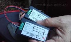 Obr. 2. Pohled na propojené wattmetry. Správný elektrikář použije nevhodně stejné barvy kablíků... :-)  Měření rekuperace elektroskútru.