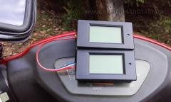 Obr. 3. Definitivní provizorium aneb již přidělaný druhý wattmetr. Měření rekuperace elektroskútru.