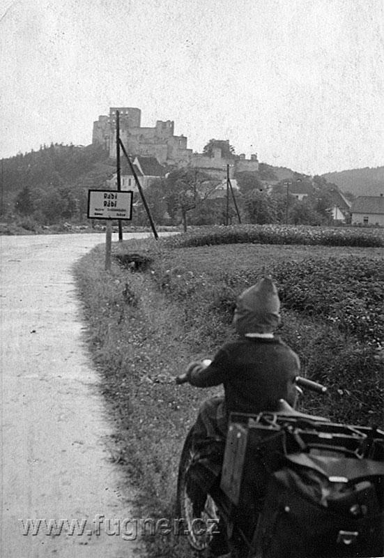 Obr. 3. Časopis Elektrotechnický obzor - Elektrocykl - jediná dochovaná fotografie z jízdy.