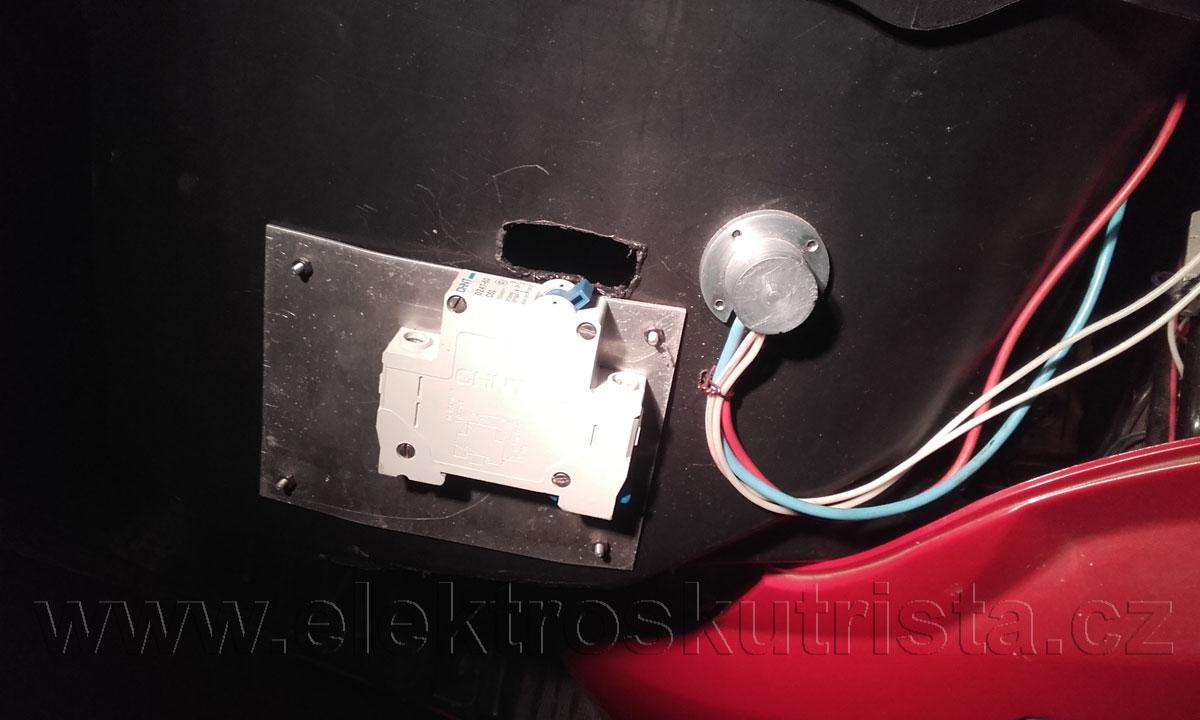 Obr. 2. Nabíjecí konektor ŠR v elektroskútru - pohled na detail uchycení vně prostoru,