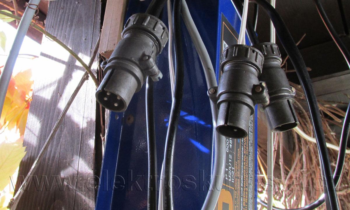 Obr. 4. Výstupní konektory ŠR U nabíječek. Zleva konektor ŠR  9A / balanční nabíječka 1A / originální nabíječka LiFePO 3A.