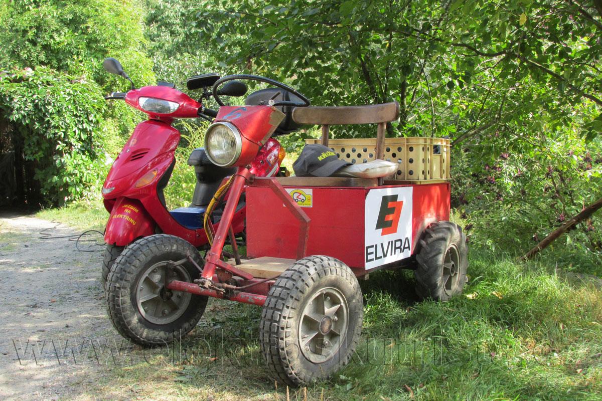 Obr. 7. Elektromobil Elvíra - elektrický malotraktor při vzácné nabíjecí návštěvě před zpáteční jízdou.