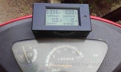 Stav wattmetru a tachometru před jízdou - první jízda elektroskútru v roce 2019