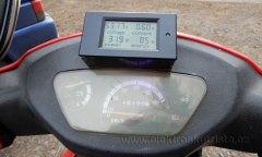 Stav wattmetru v průběhu cesty - první jízda elektroskútru v roce 2019