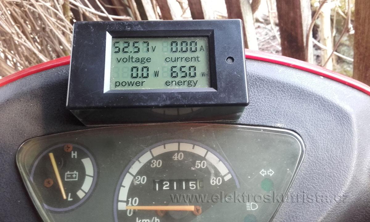 Stav wattmetru po dojezdu do cíle cesty - první jízda elektroskútru v roce 2019