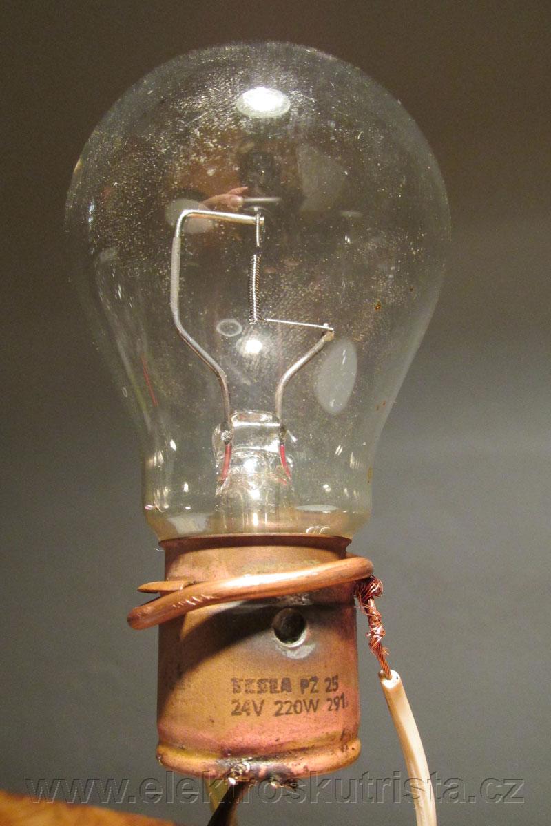 Obr. 1. Žárovka Tesla 24 V 220 W sloužící jako zátěžový odpor - kapacitní zkouška staniční NiCd baterie 24 V.
