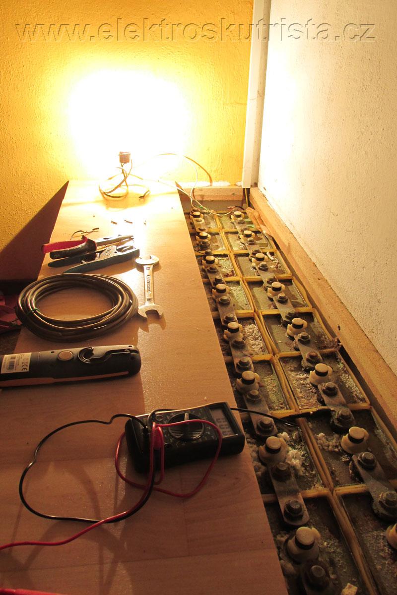 Obr. 2. Pohled na otevřenou sadu staniční baterie během kapacitní zkoušky NiCd akumulátoru.