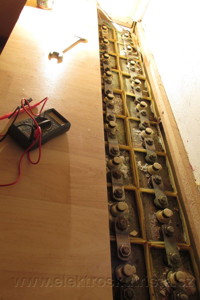 Obr. 6.  Pohled na otevřenou sadu staniční baterie během kapacitní zkoušky NiCd akumulátoru.