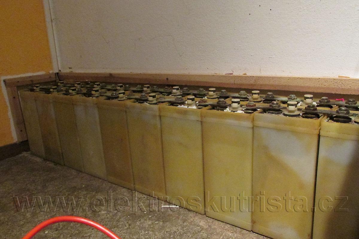 Obr. 8. Pohled na odkrytou sadu staniční baterie - kapacitní zkouška nikl-kadmiového akumulátoru.