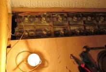 Obr. 3. Pohled na otevřenou sadu staniční baterie během kapacitní zkoušky NiCd akumulátoru.