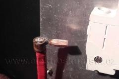Detail speciálního kabelového oka - nové inovativní zapojení hlavního jističe elektroskútru.